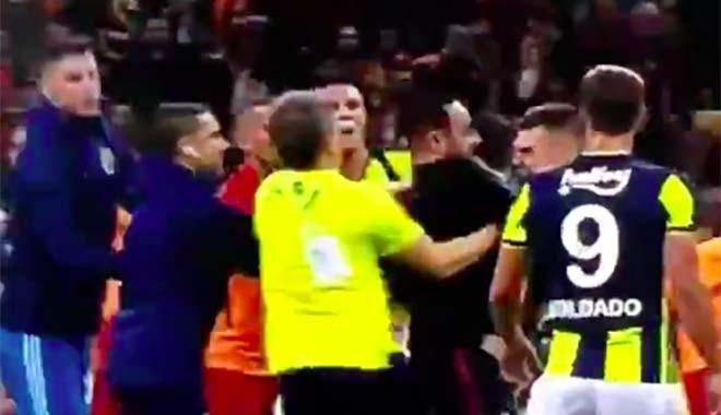 Hasan Şaş sahaya girdi Fenerbahçeli futbolcuya yumruk attı