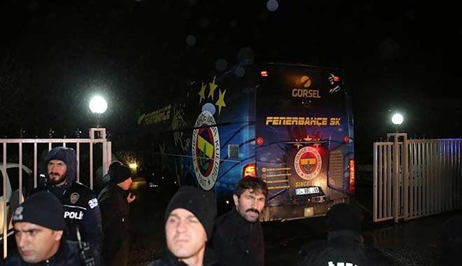 İstanbul'a otobüsle ulaşan Fenerbahçe kafilesi protestoyla karşılandı