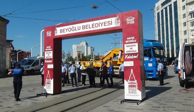 İstiklal Caddesi'nde İBB ve Beyoğlu Belediyesi zabıta ekipleri arasında gerginlik