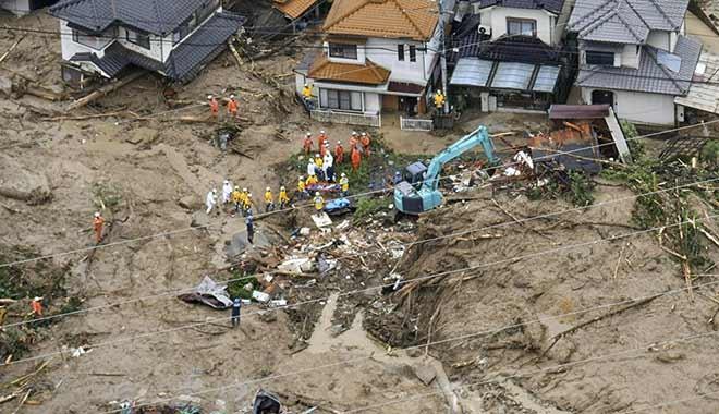 Sel ve toprak kayması sonucu 50 kişi diri diri öldü