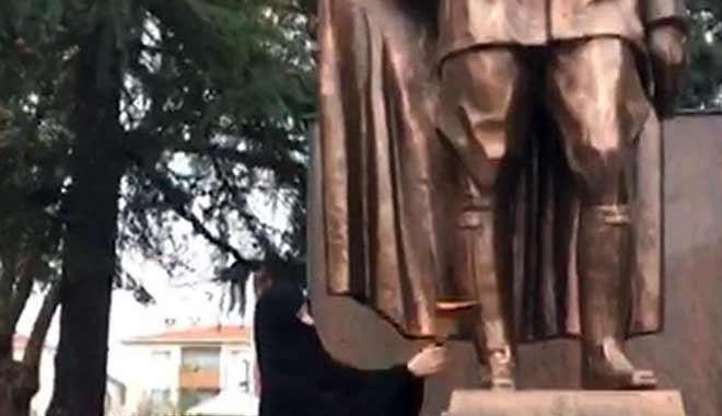 Kadın Atatürk Anıtı'na balta ile saldırdı