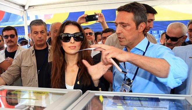 Ali Koç, Fenerbahçe'ye para bulmak için çalışırken eşi de yabancı dostlarını Bodrum'a davet etti