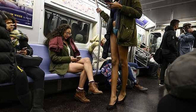 New York metrosunda bir anda pantolonlarını çıkarmaya başladılar