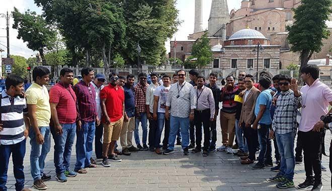 Patronlarının ödül olarak İstanbul'a getirdiği 3500 Hintlinin ziyareti renkli başladı
