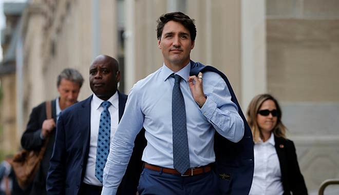 Sen de mi Trudeau! Kadın gazeteciye elle sarkıntılık..