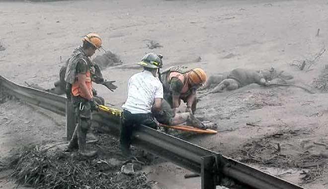 Volkan faciası... Lavlar evleri yok etti, insanları yaktı